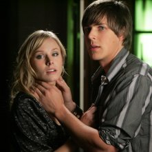 Kristen Bell (Veronica Mars) e Chris Lowell (Stosh 'Piz' Piznarski) in una scena dell'episodio 'Graffiti anti-americani' di Veronica Mars