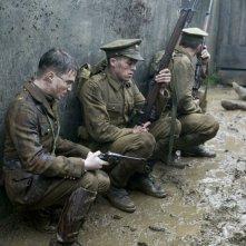 Daniel Radcliffe con altri soldati in una scena nel film My Boy Jack