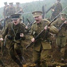 Daniel Radcliffe in una scena di attacco con altri soldati nel film My Boy Jack