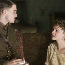Jack (Daniel Radcliffe) e la sorella Elsie (Carey Mulligan) in una scena del film My Boy Jack