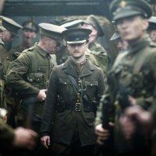 Jack (Daniel Radcliffe) emerge fra gli altri soldati in una scena del film My Boy Jack