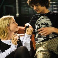 Kimberlye Nixon con Robert Sheehan in una scena del film CherryBomb