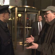 Michael Moore in una scena del documentario Capitalism: A Love Story