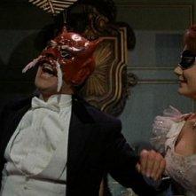 Edward de Souza e Jacquie Wallis in una scena del film Il mistero del castello