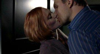 Il romantico bacio tra la bella vampira Jessica (interpretata da Deborah Ann Woll) e Hoyt (Jim Parrack) in una scena dell'episodio 'Hard-Harted Hannah' della serie tv True Blood