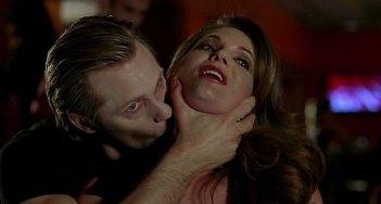 Il vampiro Eric (Alexander Skarsgård) beve il sangue di una cliente in una scena dell'episodio 'Hard-Harted Hannah' della serie tv True Blood