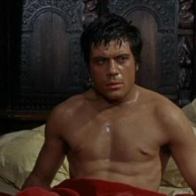 Oliver Reed a torso nudo in una scena del film L'implacabile condanna