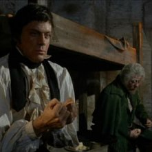 Oliver Reed e Michael Ripper in una scena del film L\'implacabile condanna