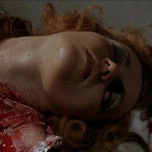 Sheila Brennan in una sanguinosa scena del film L\'implacabile condanna