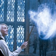 Evanna Lynch mentre crea la magia Expetto Patronum in una scena del film Harry Potter e l'Ordine della Fenice