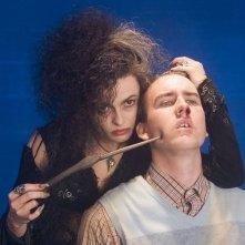 Helena Bonham Carter trattiene Matthew Lewis in una scena del film Harry Potter e l'Ordine della Fenice