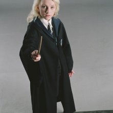 Una foto promo di Evanna Lynch in guardia per il film Harry Potter e l'Ordine della Fenice