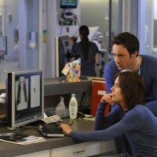 Alex O'Loughlin e Katherine Moennig in una scena della serie Three Rivers