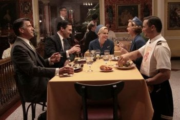 Bryan Batt, Jon Hamm, Sunny Mabrey, Annie Little e Joel Lambert in una scena dell'episodio Out of Town di Mad Men