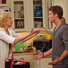 Jenna Elfman e Jon Foster in una scena della serie Accidentally on Purpose