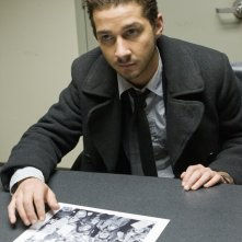 Jerry Shaw(Shia LaBeouf) interrogato dall'FBI nel film Eagle Eye