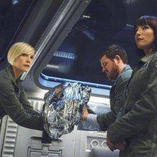 Laura Harris, Dylan Taylor e Florentine Lahme in una scena dell'episodio Threshold di Defying Gravity