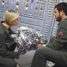 Laura Harris e Dylan Taylor in una scena dell'episodio Threshold di Defying Gravity