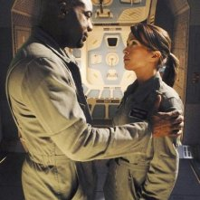 Malik Yoba e Christina Cox in una scena dell'episodio Threshold di Defying Gravity