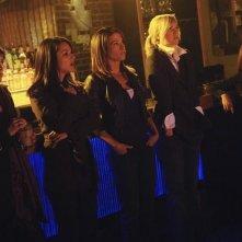 Maxim Roy, Paula Garces, Christina Cox, Laura Harris e Florentine Lahme in una scena dell'episodio Threshold di Defying Gravity