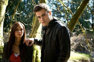 Paul Wesley con una mano sulla spalla di Nina Dobrev in una foto promozionale di The Vampire Diaries