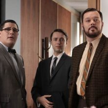 Rich Sommer, Vincent Kartheiser e Michael Gladis in una scena dell'episodio Out of Town di Mad Men