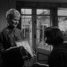 Susan Strasberg e Ann Todd in una scena del film La casa del terrore (1961)
