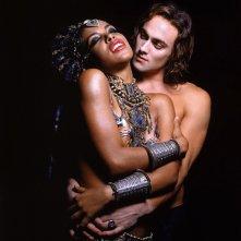 Aaliyah e Stuart Townsend in una foto promo per La regina dei dannati