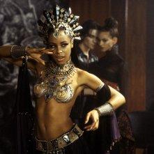 Aaliyah in una scena del film La regina dei dannati