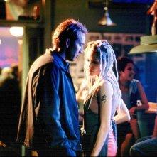 Angelina Jolie e Nicolas Cage in mezzo a un locale in una scena del film Gone in Sixty Seconds