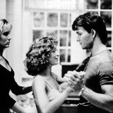 Cynthia Rhodes, Jennifer Grey e Patrick Swayze in una scena del film Dirty Dancing