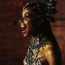La vampira Akasha (Aaliyah) in una scena del film Queen of the Damned