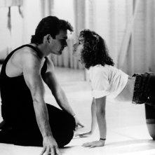 Patrick Swayze e Jennifer Grey in una scena in bianco e nero del film Dirty Dancing