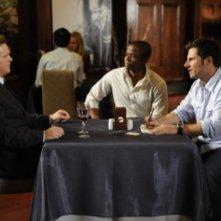 Cary Elwes, James Roday e Dule Hill in una scena dell'episodio Extradition: British Columbia della serie Psych