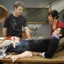 Jacqueline McKenzie, Chris Vance, Nicholas Gonzalez e Marisa Ramirez in una scena dell'episodio Bad Moon Rising di Mental