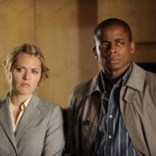 Maggie Lawson e Dule Hill in una scena dell'episodio Extradition: British Columbia della serie Psych