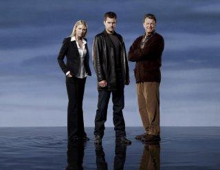 Anna Torv, Joshua Jackson e John Noble in una immagine promozionale della stagione 2 di Fringe