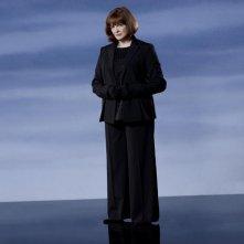 Blair Brown è Nina Sharp in una foto promozionale della stagione 2 di Fringe