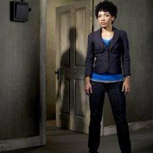 Jasika Nicole è Astrid in una foto promozionale della stagione 2 di Fringe