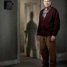 John Noble è Walter Bishop in una foto promozionale della stagione 2 di Fringe