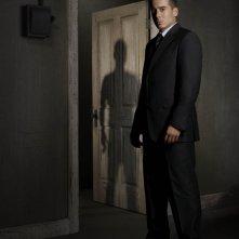 Kirk Acevedo è l'Agente Charlie Francis in una immagine promozionale della stagione 2 di Fringe