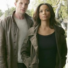 Rupert Penry-Jones e Rochelle Aytes in una scena di The Forgotten