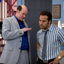 David Koechner e Jeremy Piven in una scena del film The Goods: Live Hard. Sell Hard