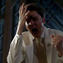 Il reverendo Newlin (Michael McMillian) colpito in fronte da un proiettile di vernice sparato da Jason in una scena dell'episodio 'Timebomb' della serie True Blood