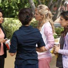 Jada Pinkett Smith, Christina Moore e Vanessa Lengies in una scena dell'episodio The Sense of Belonging di Hawthorne