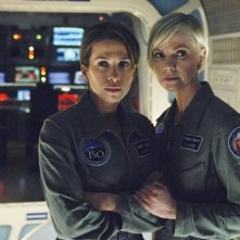 Laura Harris e Christina Cox in una scena dell'episodio H2IK di Defying Gravity