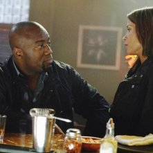 Malik Yoba e Christina Cox in una scena dell'episodio H2IK di Defying Gravity