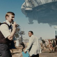 Sharlto Copley, Mandla Gaduka e Kenneth Nkosi in una scena del film District 9