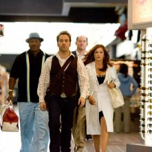 Ving Rhames, Jeremy Piven, David Koechner e Kathryn Hahn in una scena del film The Goods: Live Hard. Sell Hard