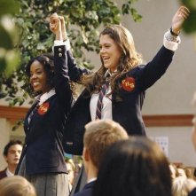 Dana Davis e Lindsey Shaw in una scena dell'episodio Don't Leave Me This Way di 10 Things I Hate About You